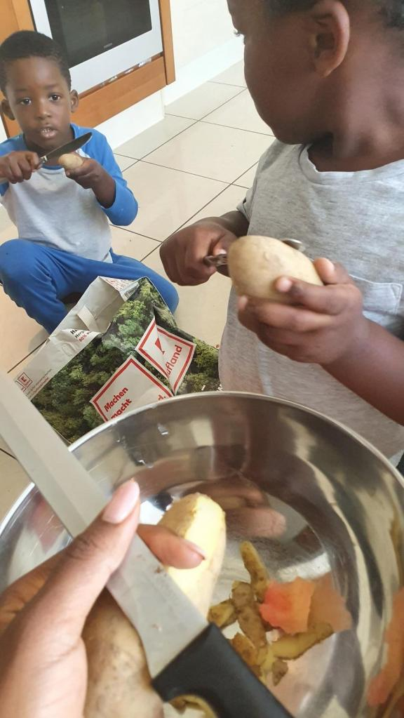 Les enfants aiment peller les pommes