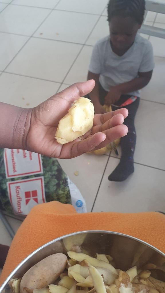 Noumsi présente fièrement la pomme épluchée par lui