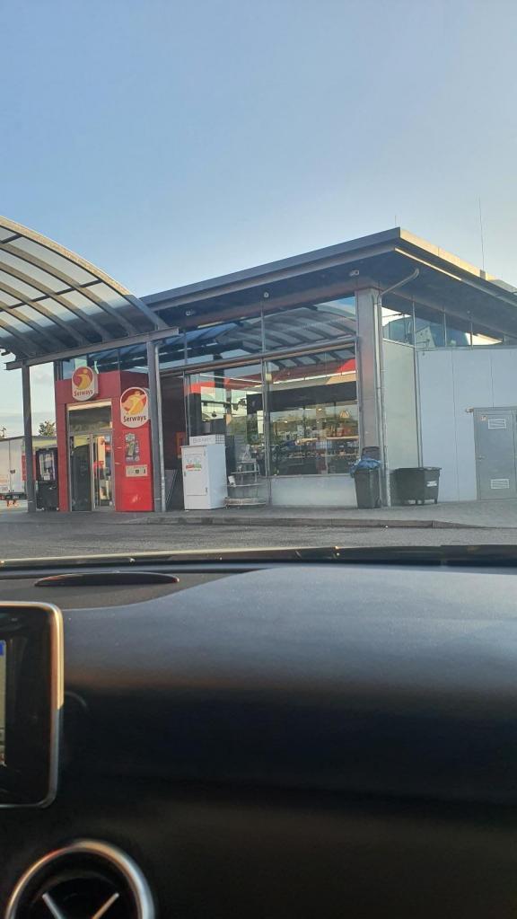 On fait le plein d'essence avant de passer la frontière francaise