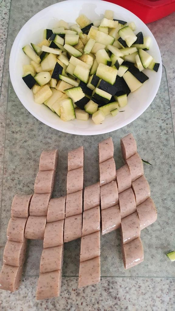 découper les légumes et saucisse